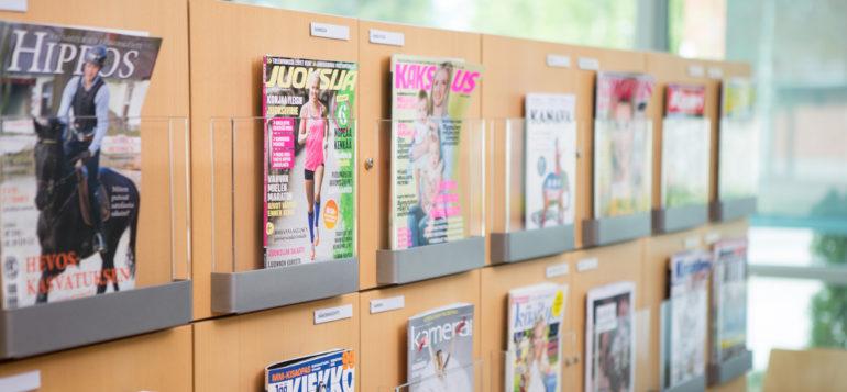 Kirjaston lehtikokoelmaa.