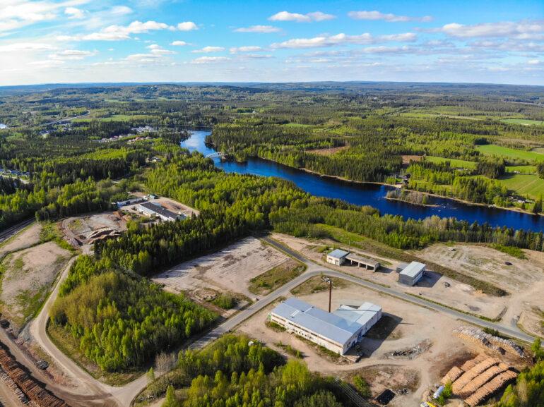 Tenetinvirran teollisuusalueella sijaitsevia teollisuustontteja.