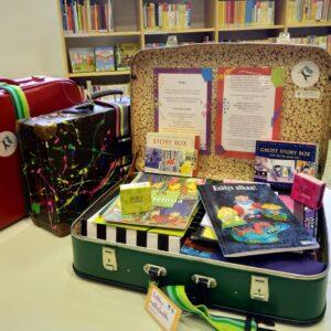 Kolme Taikkeri-taidekasvatuslaukkua. Satulaukku sisältää esimerkiksi satukirjoja ja pöytäteatterisetin.